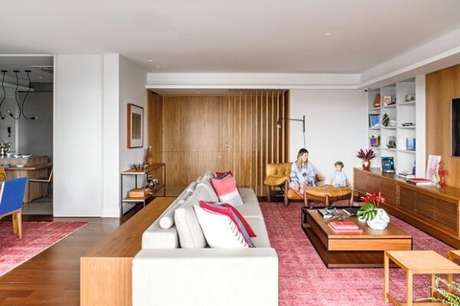 2. Integre ambientes usando o mesmo modelo de tapete rosa para sala de estar e sala de jantar. Fonte: Casa e Jardim