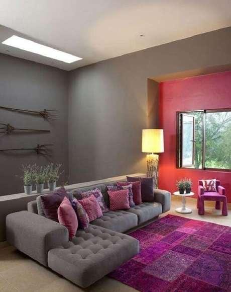 43. Sala de estar com sofá cinza e tapete estampado em tons de rosa e roxo. Fonte: Pinterest