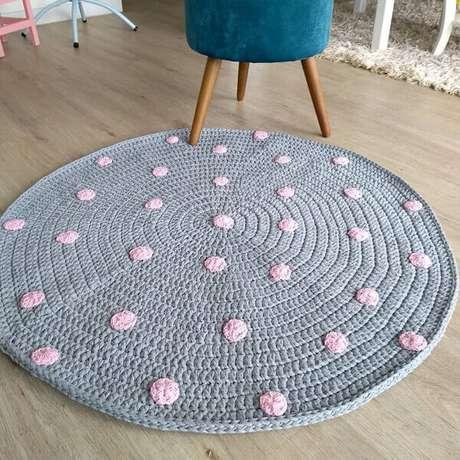46. Tapete cinza e rosa de crochê. Fonte: Pinterest