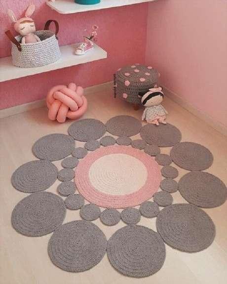 45. Modelo de tapete cinza e rosa de crochê redondo. Fonte: Pinterest