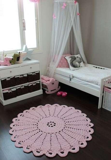 9. Modelo de tapete de crochê rosa feito de barbante. Fonte: Casa e Festa