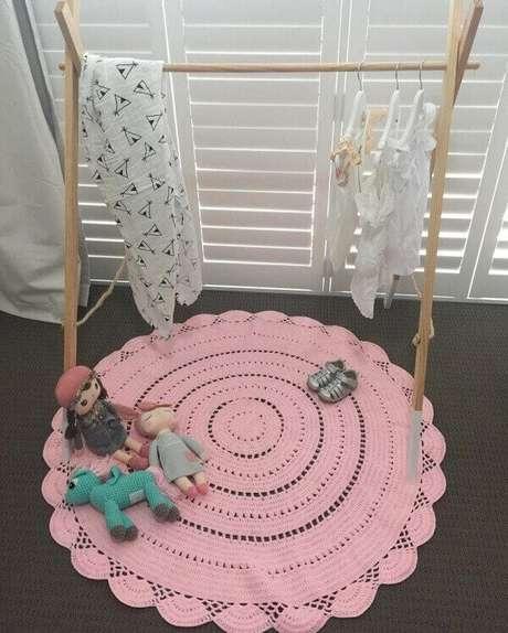 47. Tapete de crochê rosa feito de barbante em formato redondo. Fonte: Pinterest