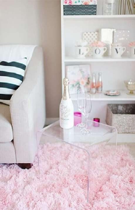 60. Sala com tapete rosa felpudo e mesa de acrílico. Fonte: Nina Vintage