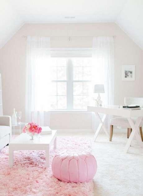 8. Modelo de tapete rosa peludo para sala com decoração clean. Fonte: Pinterest
