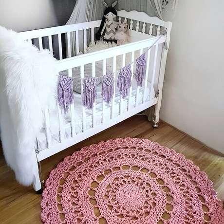 61. Quarto de bebê com berço branco e tapete rosa de crochê. Fonte: Pinterest