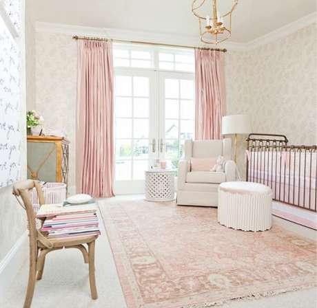 48. Tapete estampado rosa bebê delicado para quarto. Fonte: Quarto de bebe