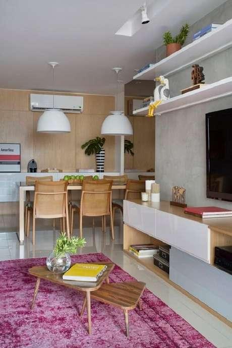 51. Apartamento com parede de cimento e tapete rosa. Fonte: Pinterest