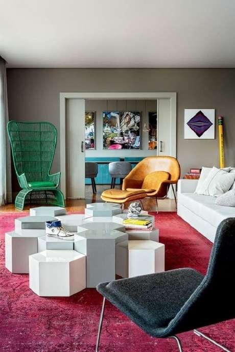 52. Tapete rosa para sala com parede cinza. Fonte: Casa Vogue