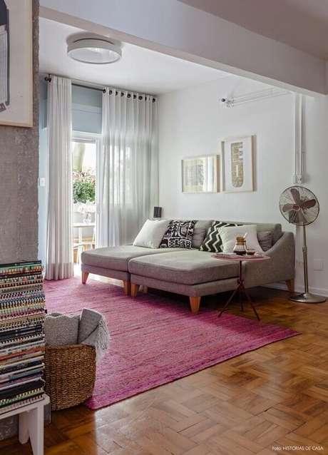 53. Sala de estar romântica com tapete rosa retangular. Fonte: Pinterest