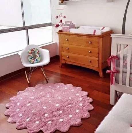 56. Quarto de bebê com tapete fofo em tons de rosa e branco. Fonte: Pinterest