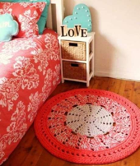 62. Quarto com tapete rosa de crochê redondo. Fonte: Wiki Mulher