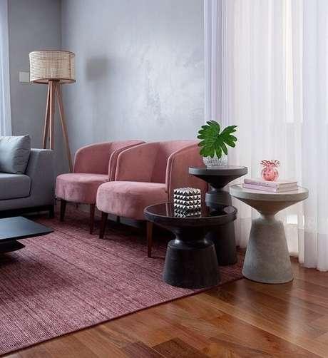 64. As poltronas do ambiente seguem a mesma tonalidade do tapete rosa. Fonte: Pinterest