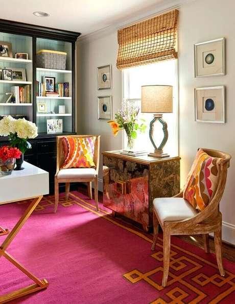 65. Ambiente descontraído com cadeiras de madeira e tapete rosa pink. Fonte: Pinterest
