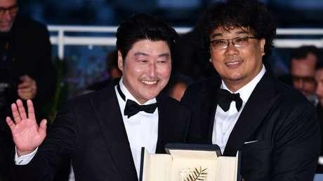'Parasita', de Bong Joon-Ho (à direita) pode se tornar o primeiro filme não falado em inglês a vencer um Oscar de melhor filme