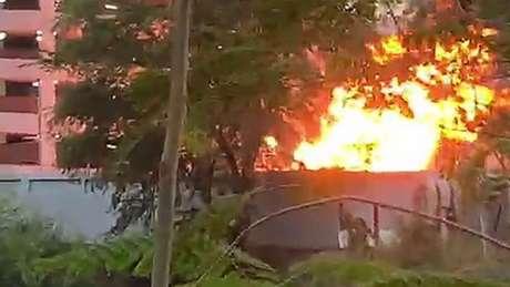 Imagens mostraram um incêndio do lado de fora do prédio - há relatos dizendo que ele foi causado por um botijão de gás que explodiu quando foi atingido por uma bala