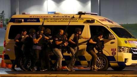 Polícia tailandesa chega ao shopping