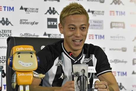 Jogador Keisuke Honda é apresentado pela diretoria do Botafogo como novo reforço da equipe para a temporada 2020, no estádio Nilton Santos, Rio de Janeiro (RJ), neste Sábado (08)
