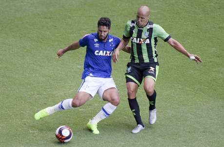 Léo, zagueiro do Cruzeiro, em disputa de bola na última partida entre as duas equipes (Foto: Divulgação/Cruzeiro)