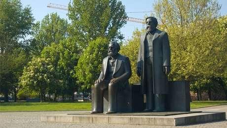Karl Marx e Friedrich Engels desenvolveram juntos a teoria do socialismo científico