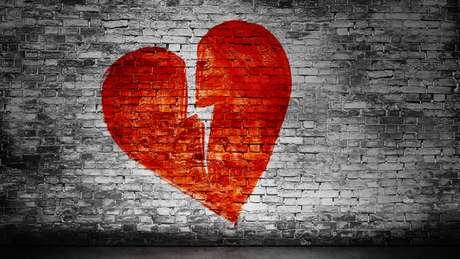 Coração partido pintado em parede
