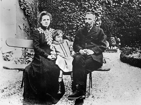 Marie ganhou o primeiro prêmio Nobel junto ao marido, Pierre Curie, em 1903
