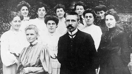 Marie Curie, Paul Langevin e um grupo de mulheres em 1910: ambos ensinaram na Universidade Sorbonne