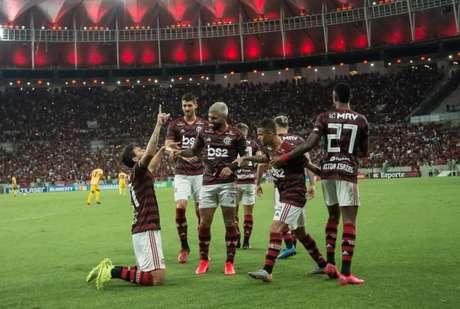 Pedro, ajoelhado, comemora com Gabigol e demais atletas do Flamengo (Foto: Alexandre Vidal/Flamengo)