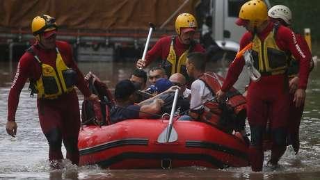 Bombeiros usam bote para resgatar pessoas que ficaram ilhadas em São Paulo