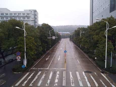 Rua vazia em Wuhan, na Província de Hubei, considerada cidade epicentro da doença