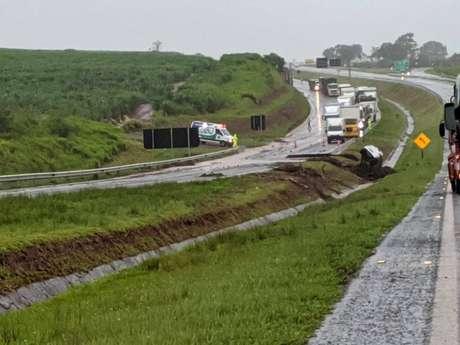 As chuvas abriram uma cratera na rodovia Marechal Rondon, em Botucatu. Um carro e um caminhão caíram no buraco. Uma pessoa está desaparecida.