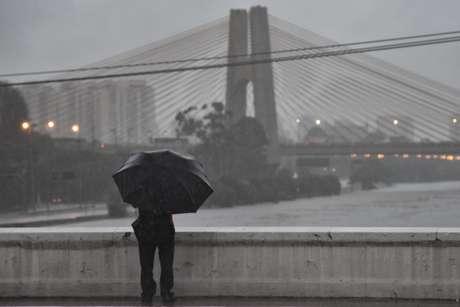 Tempestade provoca caos em São Paulo com alagamentos e ruas interditadas