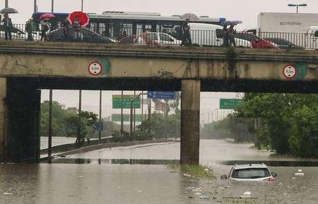 Fortes chuvas causam alagamento na Marginal Tietê, na altura da Ponte da Casa Verde, na zona norte de São Paulo