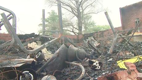 Escombros em um dos incêndios da igreja na Paróquia de Saint Landry, na Louisiana