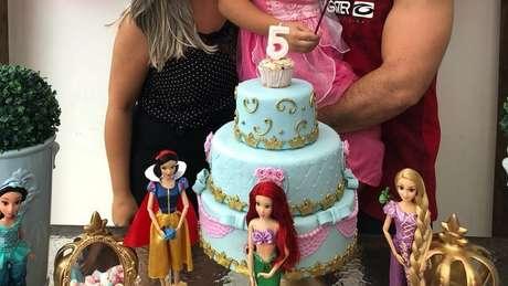 Maria e César durante aniversário de cinco anos de Luiz: ex-casal foi denunciado por permitir que garoto use roupas femininas