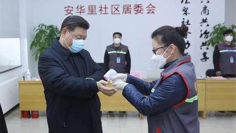 Em rara aparição durante o surto, presidente chinês Xi Jinping visita unidade de saúde em Pequim