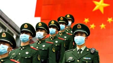 China vive onda de críticas crescente em relação à condução da crise do novo coronavírus, que já matou mais d mil pessoas