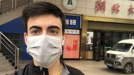 Miguel Manacero em frente ao supermercado no campus da Universidade de Hubei na China