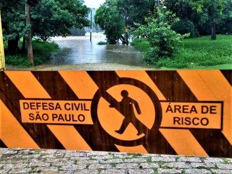 Chuvas na capital fazem com que rio Tietê transborde eatinja cidades à jusante