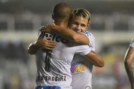 Carlos Sánchez comemora gol com Soteldo.