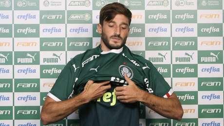 Lateral esquerdo Matias Vinã é o novo camisa 17 do Palmeiras (Foto: Divulgação/Cesar Greco)