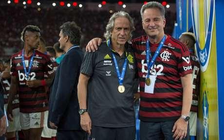 O técnico Jorge Jesus e o presidente Rodolfo Landim em comemoração do Brasileirão (Foto: Alexandre Vidal/CRF)