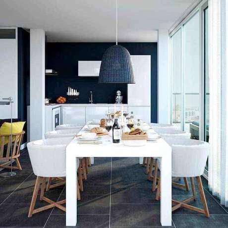 11. Invista em modelos diferentes e confortáveis de cadeira branca para a sua sala de jantar – Foto: Planete-deco
