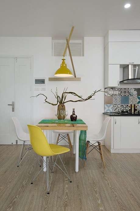 12. Invista na decoração com cadeira branca e outras coloridas para decorar o seu ambiente – Foto: Planete-deco