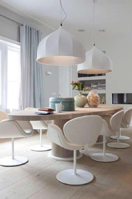 9. Lindo modelo de cadeira branca estofada para decorar sala de jantar com mesa de madeira oval – Foto: Pinterest