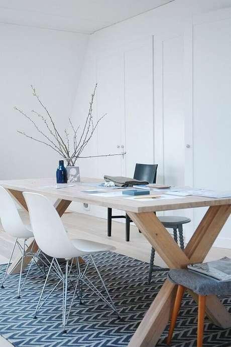 14. Cadeira branca para decoração de escritório minimalista – Foto: Homedit