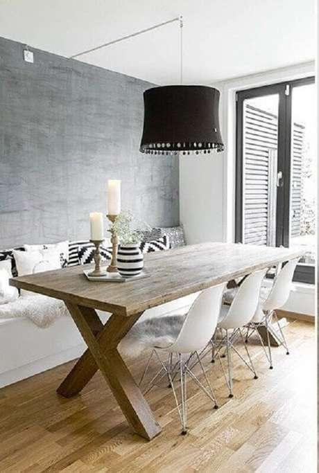 15. Decoração simples para sala de jantar com cadeira branca e pendente preto grande – Foto: Editions de l'Arkhan