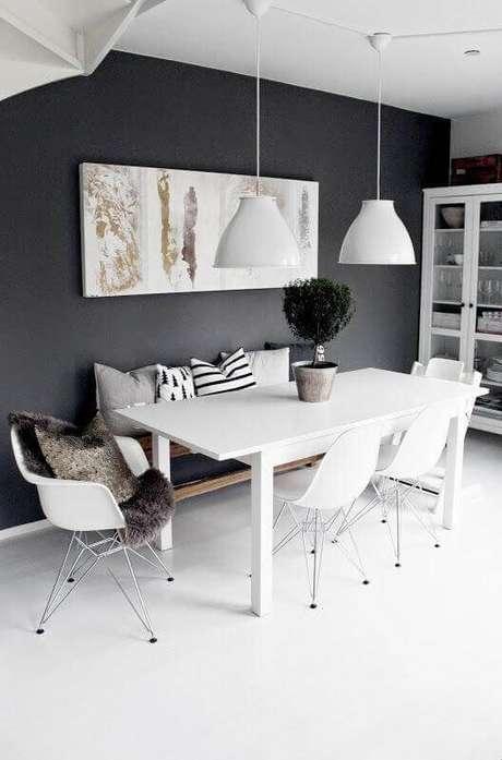 16. Cadeira branca para sala de jantar minimalista branca e preta – Foto: Manual da Obra