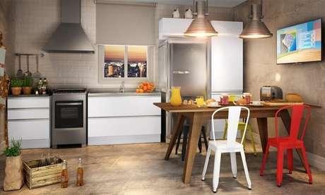 17. Decoração simples com cadeira de ferro branca e vermelha para cozinha – Foto: Pinterest