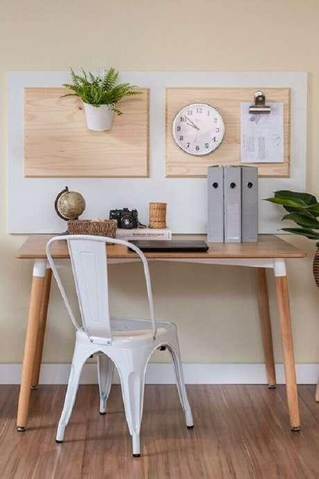18. Modelo de cadeira de ferro branca para decoração de home office pequeno e simples – Foto: Manual da Obra