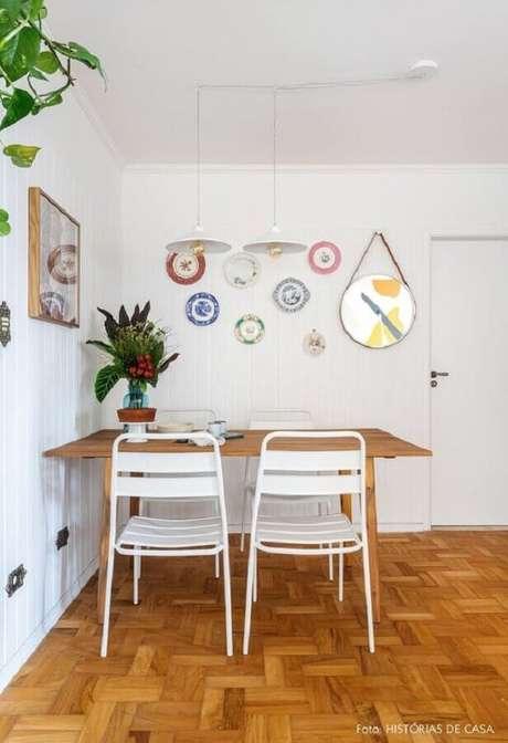19. Cadeira de ferro branca para sala de jantar simples com mesa de madeira – Foto: Histórias de Casa